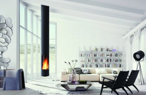 Helles Wohnzimmer mit freistehendem Kamin Bright living room and open fireplace